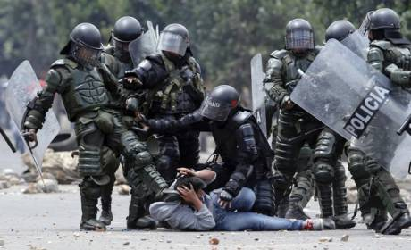 Image of the savage repression by the ESMAD anti-riot squad against campesino small-scale farmers and students in Ubaté, Cundinamarca, on 26 August